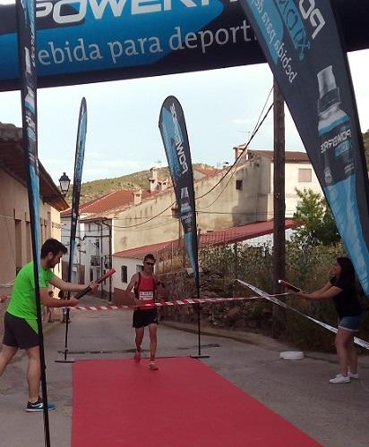 El vencedor, Francisco Javier Barea, hace su entrada en la línea de meta.